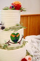wedding cake with lovebirds