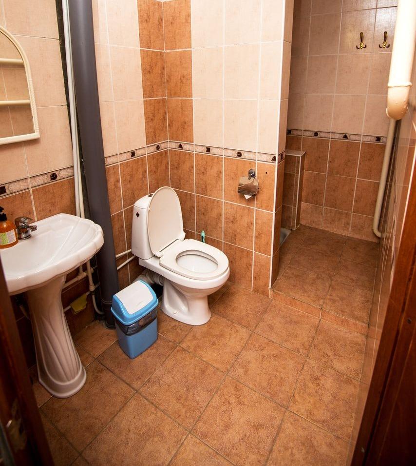 Санузел 1 этажа эконом гостиницы