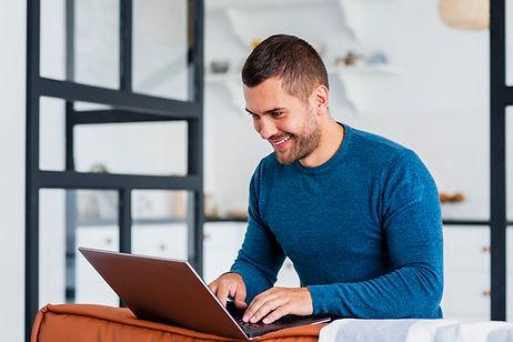 hombre-sonriente-trabajando-computadora-