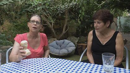 סמדר מציגה בובה שקיבלה מדודה צבי נצר הבר