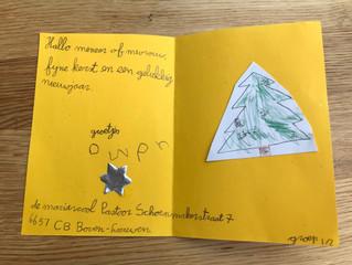Kinderen van de Mariaschool maakten kerstkaarten voor ouderen.