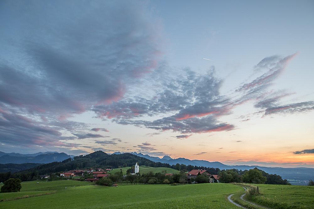Steinkirchen nach Sonnenuntergang