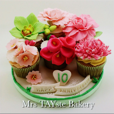 Flower cupcakes for a beautiful couple's 10 year wedding anniversary