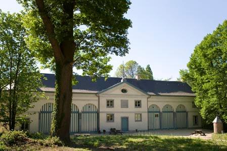 Koetshuis met boom.jpg