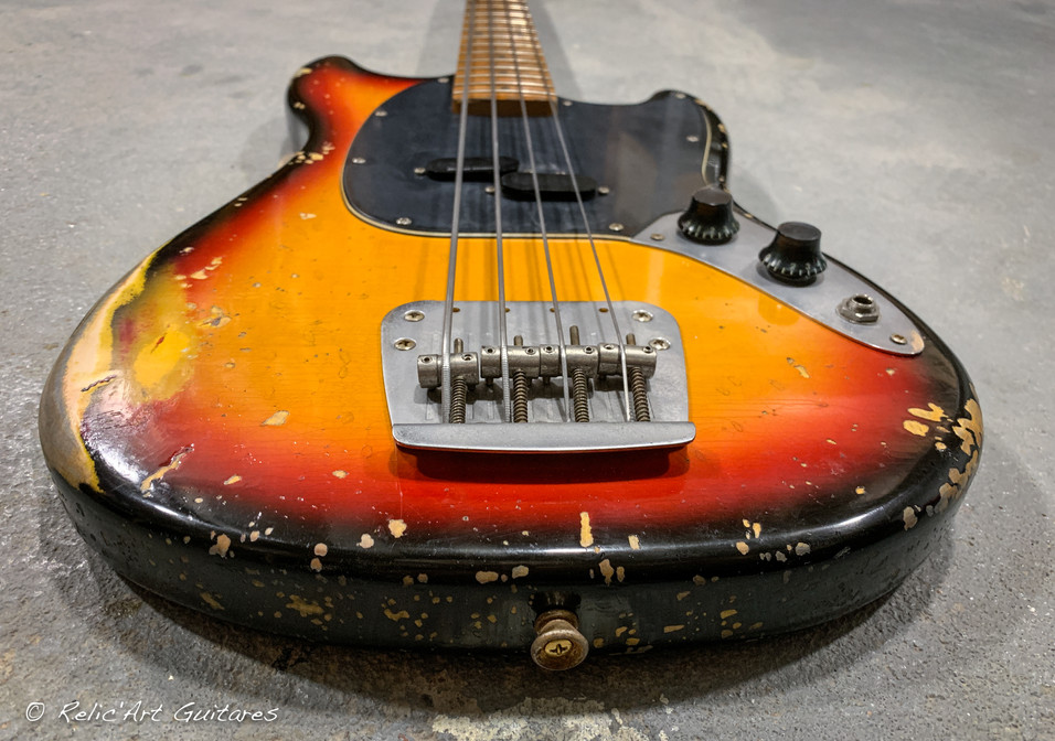 squier mustang bass sunburst relic-6.jpg