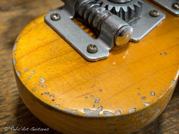 squier mustang bass sunburst relic-31.jp