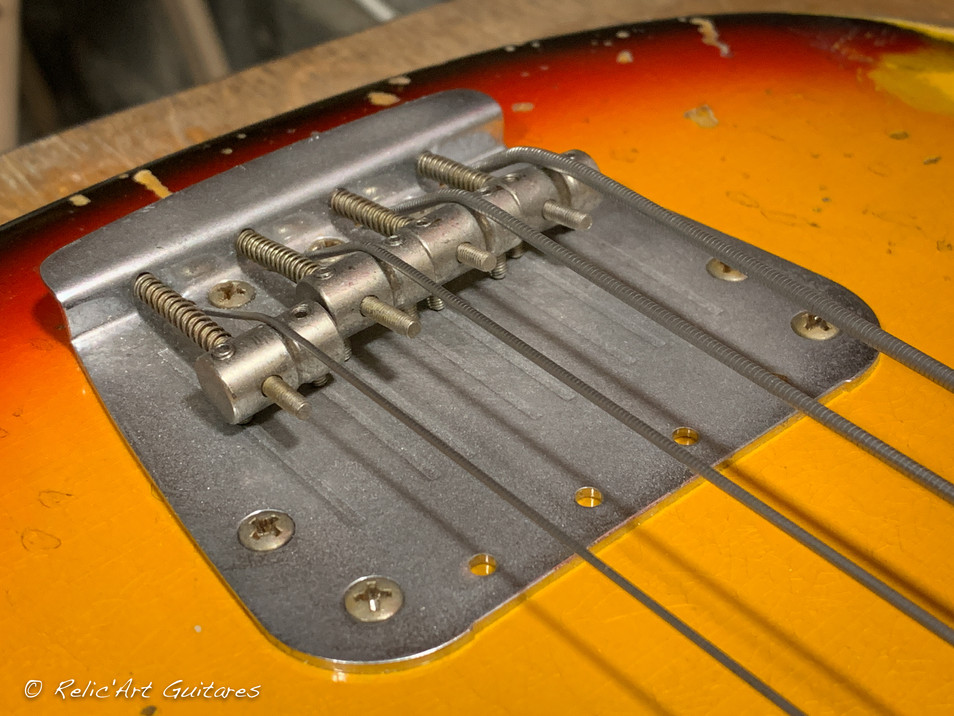 squier mustang bass sunburst relic-13.jp