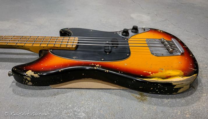 squier mustang bass sunburst relic-7.jpg