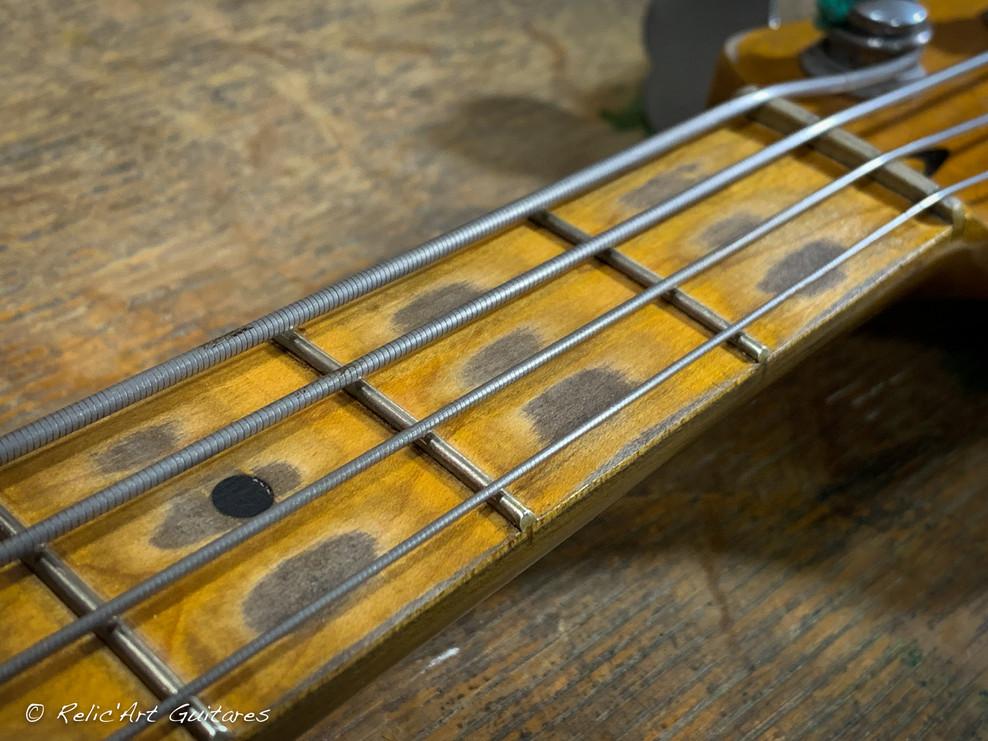 squier mustang bass sunburst relic-19.jp