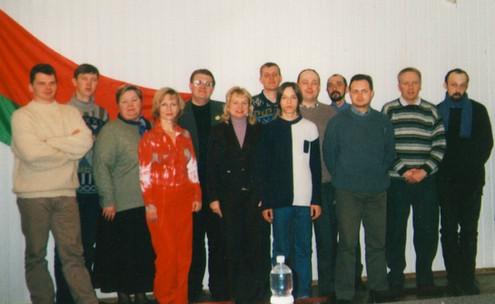 Білорусь. Барановичі. 2004 рік. Довго сперечались чи варто фотографуватись під таким прапором. Вирішили: що є - те і є...