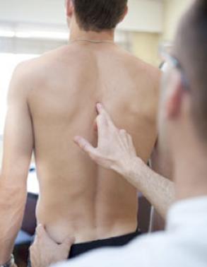 L'observation dans une consultation d'ostéopathie consiste a apprécié la posture du patient et cela donne des indices pour le traitement futur