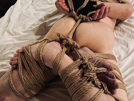 ギッチギチの縄拘束を求めて、遠くから。/He came from afar in search of a tight rope bondage.