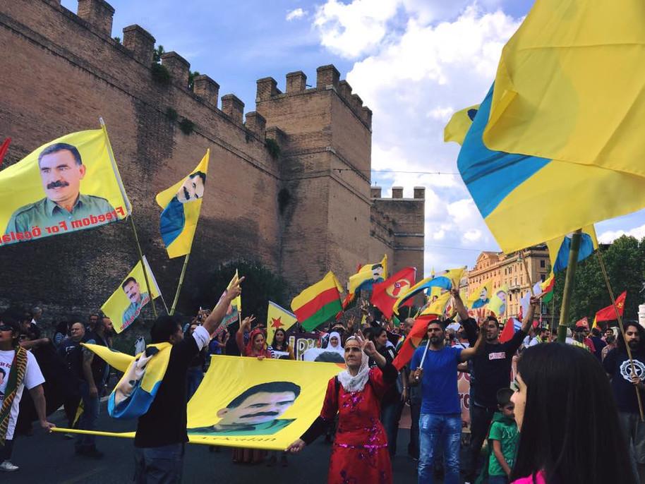 Tutti i colori della solidarietà, in piazza per il Kurdistan