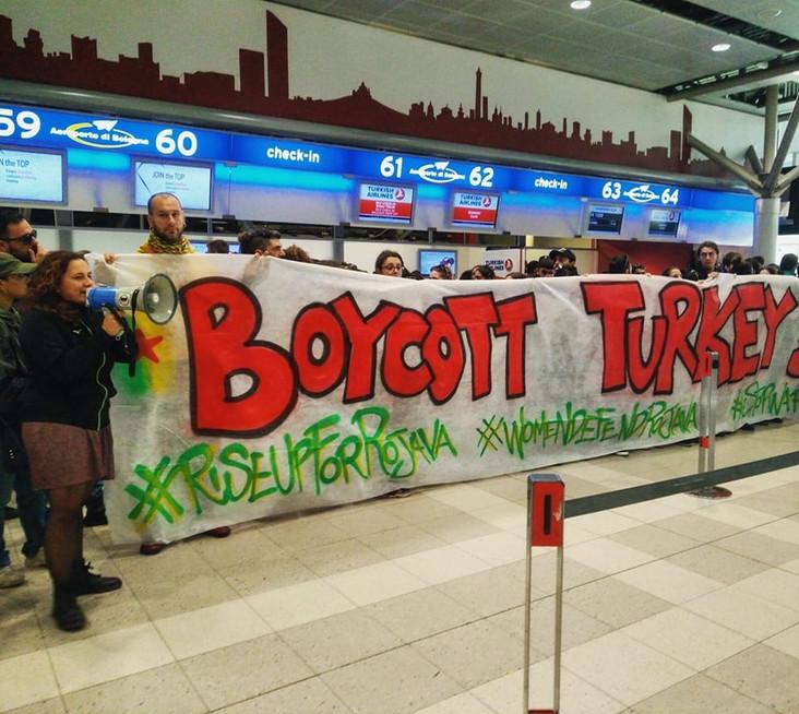 """Azione all'aeroporto: """"Stiamo bloccando un volo di Turkish Airlines"""""""