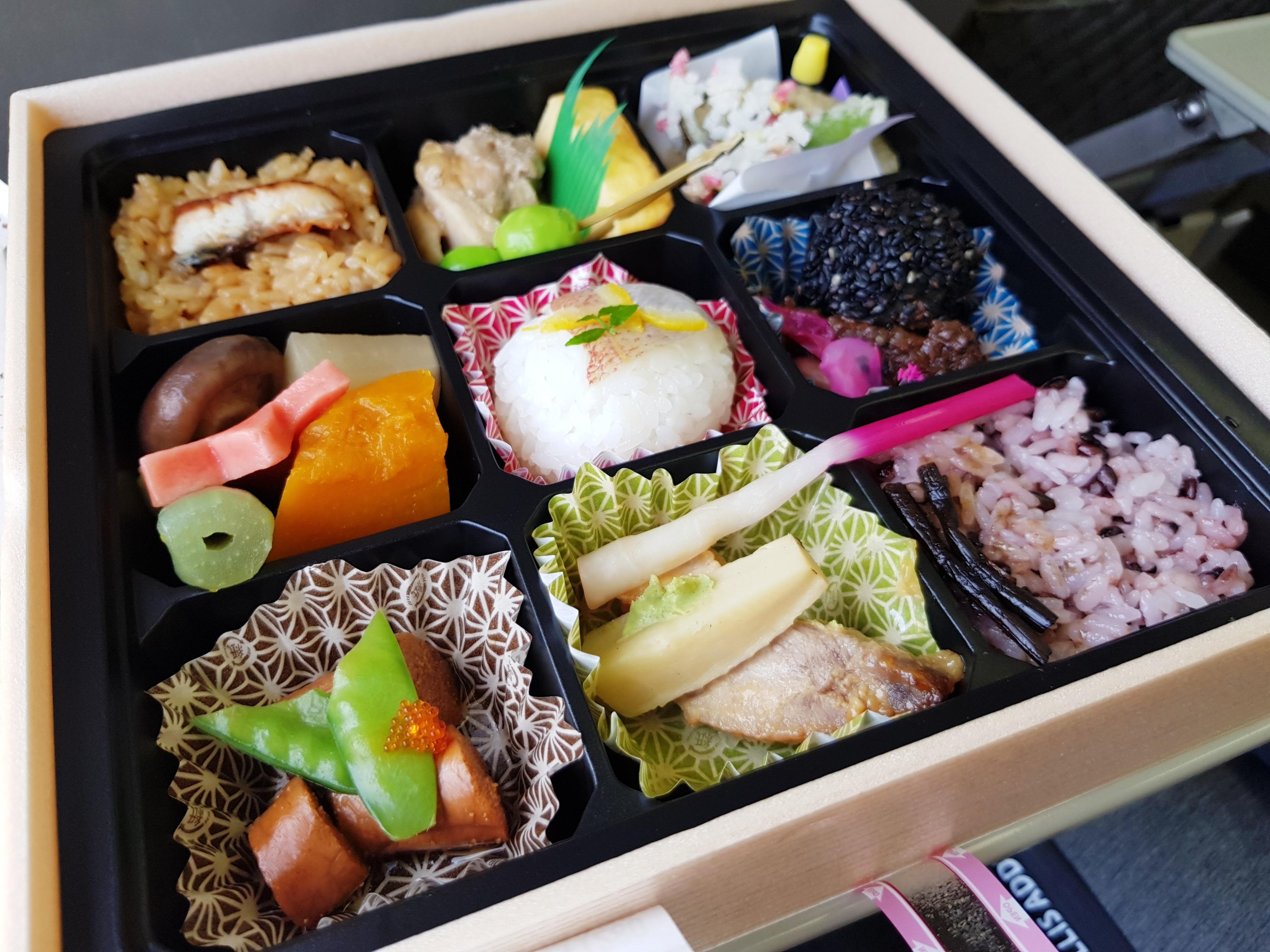 Bento box typique vendu dans les gares