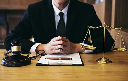 chem_raznitsa_advokata_i_yurista.jpg