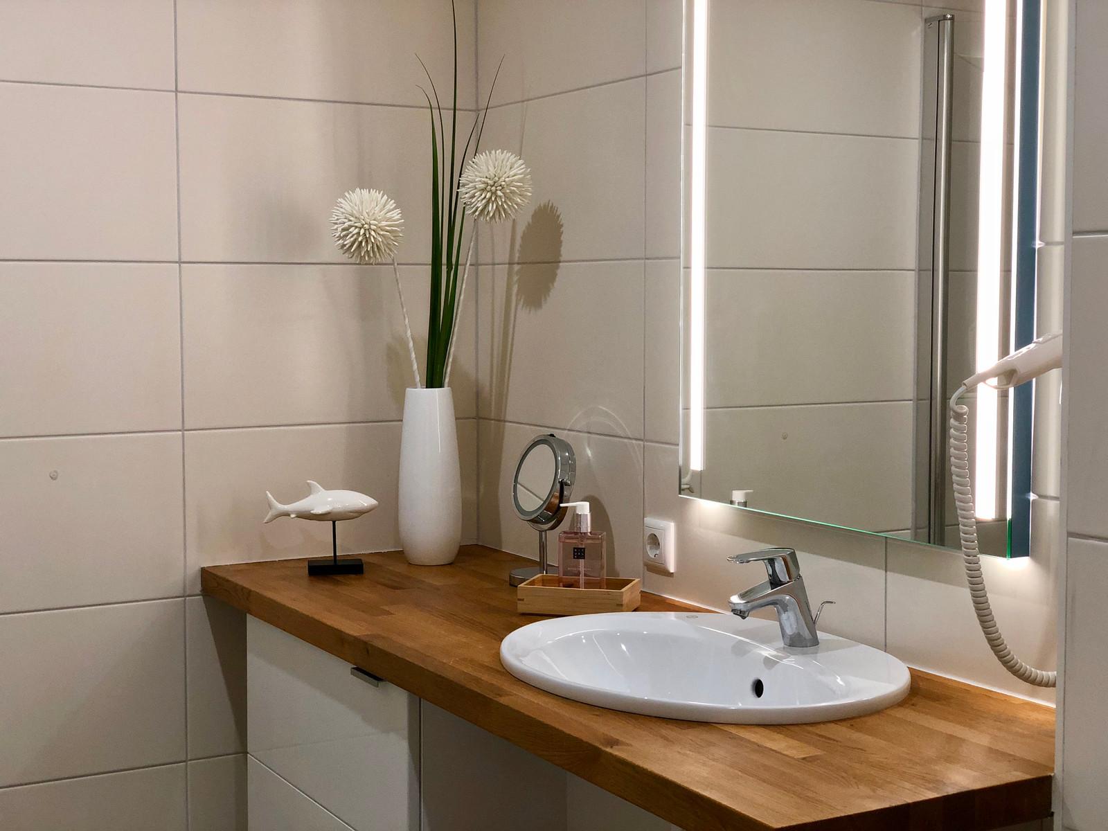 Das Badezimmer mit Dusche und Fußbodenheizung