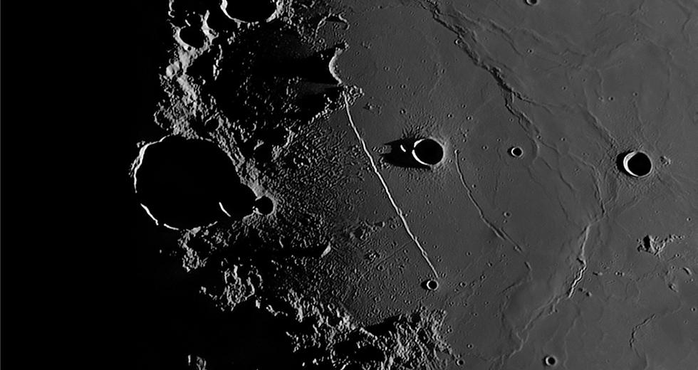 SELENE_月の縦孔.png