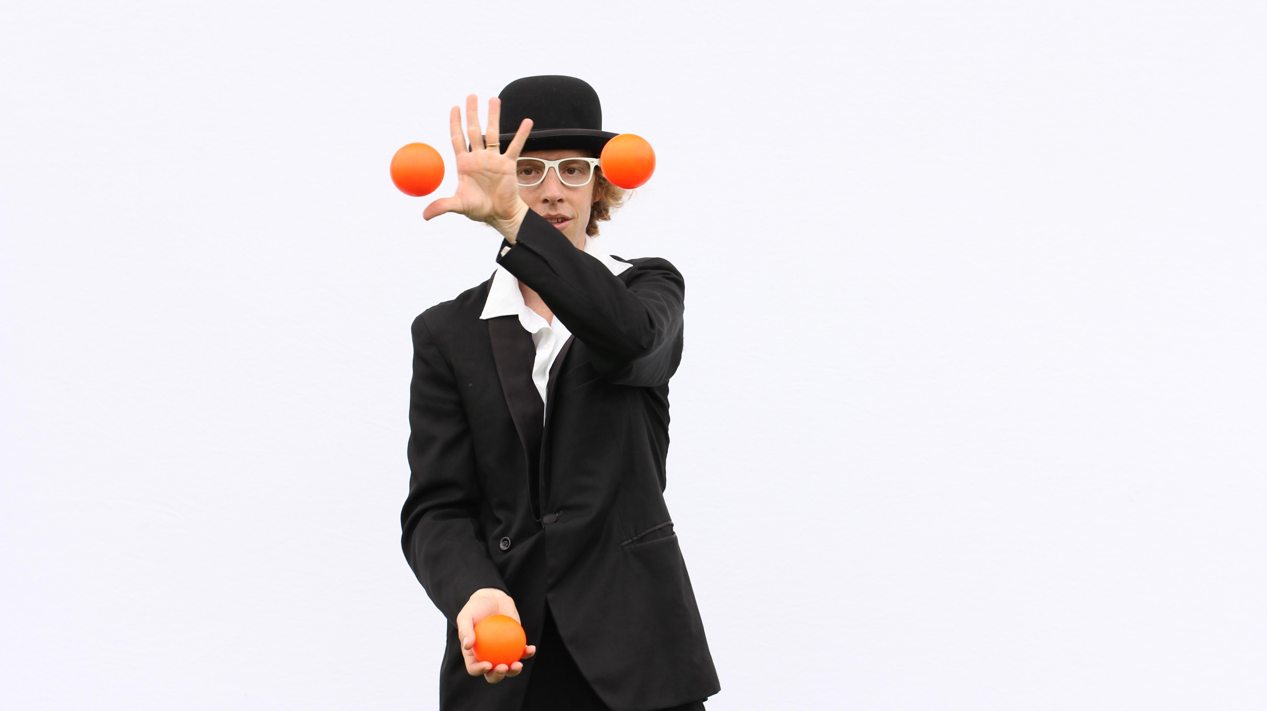 Tom Juggling