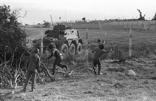 Children throw stones at British army tanks on 31st July 1972 (Credit: Eamon Melaugh)
