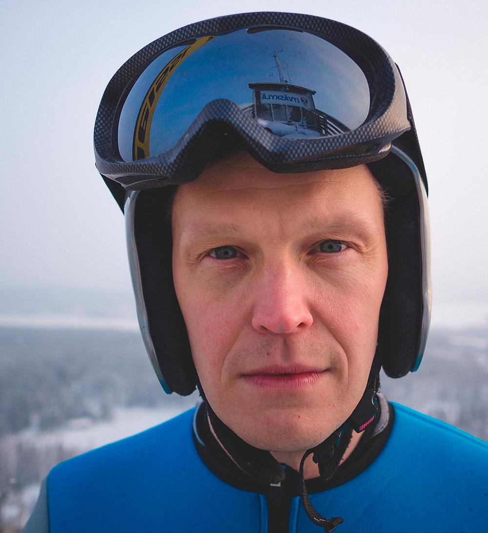 Tatu Mönttinen nähdään Matti Nykäsenä Hyppy sumuun -esityksessä.