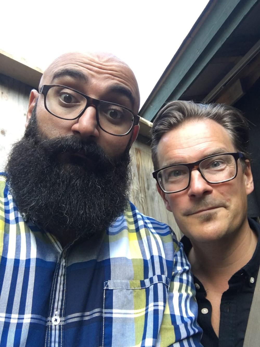 : Stand up -koomikot Ali Jahangiri ja André Wickström esiintyivät 25.7. Vihdissä. Tuusulan Krapilla heidän seuraansa liittyvät kollegat Niko Kivelä ja Ilari Johansson.