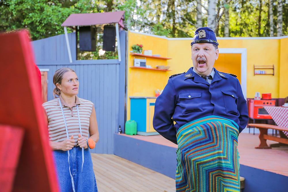 Seppo Halttunen juhlii syntymäpäiviään työn merkeissä Tuusulan Krapilla, jossa Tankki täyteen 2 - Maallamuuttajat -näytelmässä mukana on myös Ullaa näyttelevä Inka Kallén.