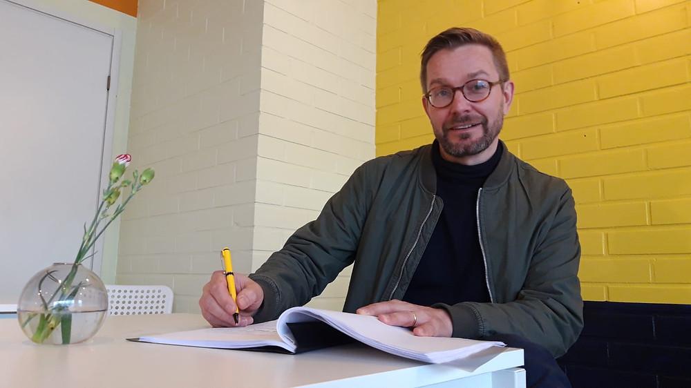 Tankki täyteen -ohjaaja Milko Lehto odottaa innolla kesäteatteria.
