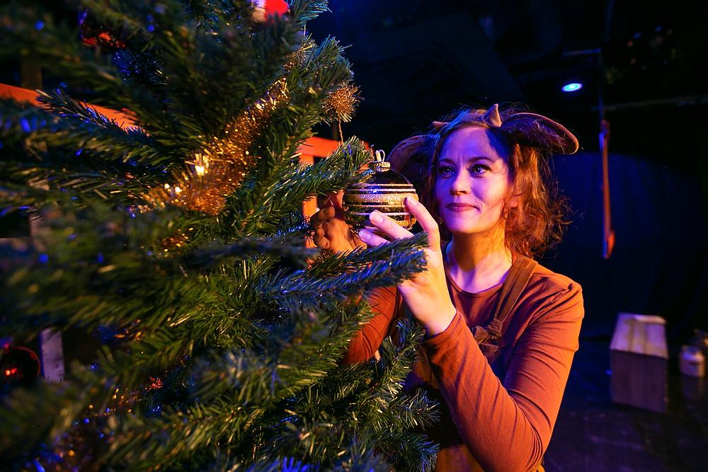 Mimmi Lehmä toivottaa Keski-Uudenmaan teatteri KUTin katsojille hyvää joulua!