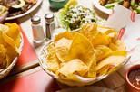 Chips de tortilla en la canasta