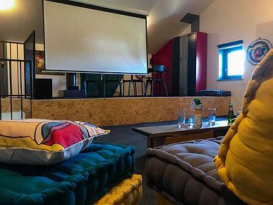Salle de cinéma du Gîte Amélie des Vosges. Salle de cinéma équipée d'un écran de 2,5 m,d'un Vidéoprojecteur 3D, d'un Home cinéma.Pour visionner vos photos, vos sites préférés, vos films, vos présentations... vous pourrez connecter votre ordinateur votre téléphoneportable.