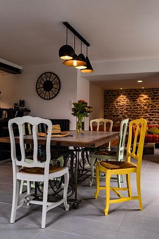 Salle de vie du Gîte Amélie des vosges, ouvert sur la cuisine et le salon en double hauteurVosges