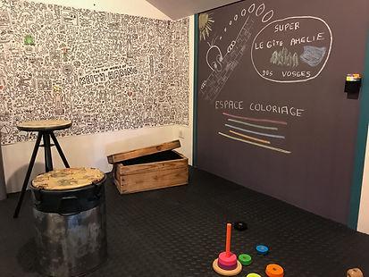 La salle de jeux du Gîte Amélie des Vosges . La salle de jeux, sécurisée pour les enfants, est équipée d'un espace dédié aux jeux de société, aubricolage, d'un espace dédié au coloriage , d'un baby foot.