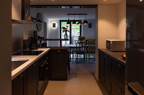 Cuisine du Gîte Amélie des Vosges, ouvert sur la salle de Vie. Cuisine intégrée entièrement équipée