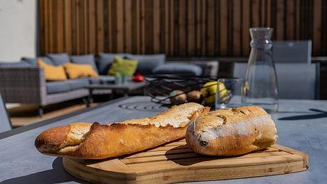 Une vaste terrasse de 70m2, ombragée par une toile tendue, équipée d'un salon confortable , d'une table pour 8 personnes, de chaises longues, d'un barbecue...