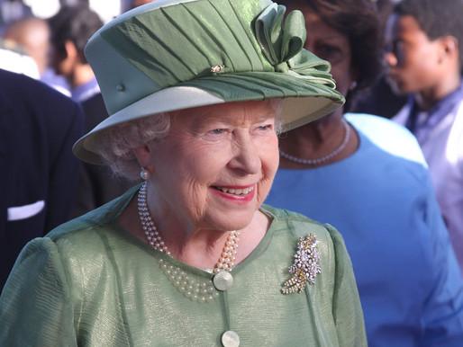 Rainha Isabel II surpreende e lança marca de cervejas