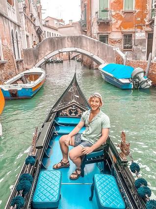 Going, going, gondola. 🇮🇹 ._.jpg