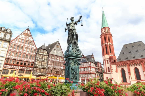 old-town-square-romerberg-with-justitia