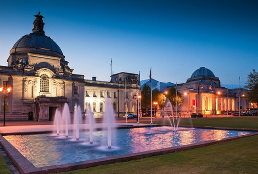cardiff-city-hall-1906-and-fountains-at