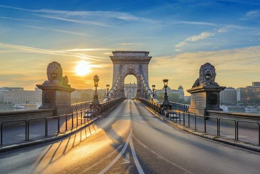 budapest_chain_bridge_when_sunrise_budap
