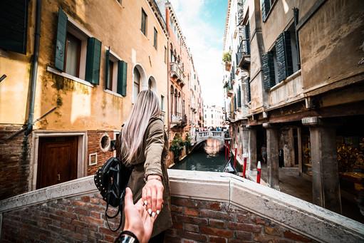 couple-in-venice-italy-travel-picjumbo-c