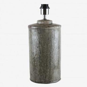 Candeeiro rústico cinza, com abat-jour creme de 40 cm de diâmetro