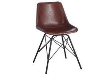 Cadeira com pés metálicos pretos e assento de couro