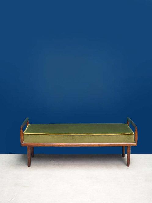 Canapé em madeira e estofo em veludo verde