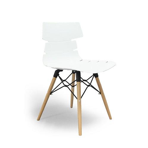 Cadeira em madeira natural e PVC branco