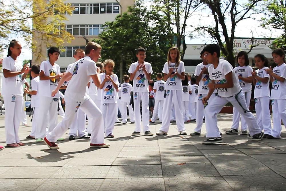 Ação desenvolve a prática que une cultura, dança e esporte em escolas e comunidades