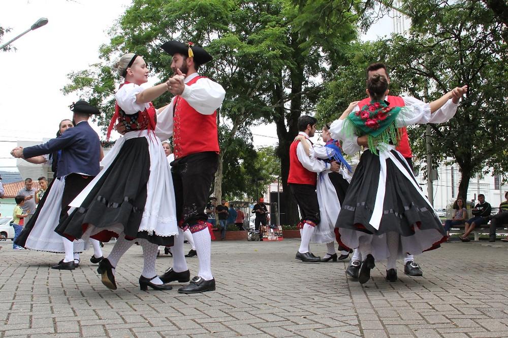 Coletivo de dança folclórica alemã apresenta novos acessórios do traje típico, adquiridos através do Prêmio Nodgi Pellizzetti de Incentivo à Cultura