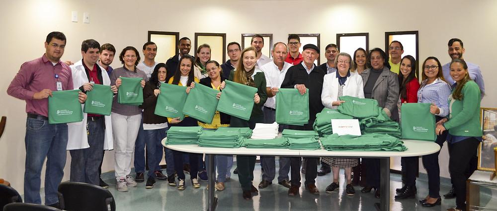 Colaboradores da Coopeavi e do Hospital participaram da entrega do material. Foto: Domicio Faustino