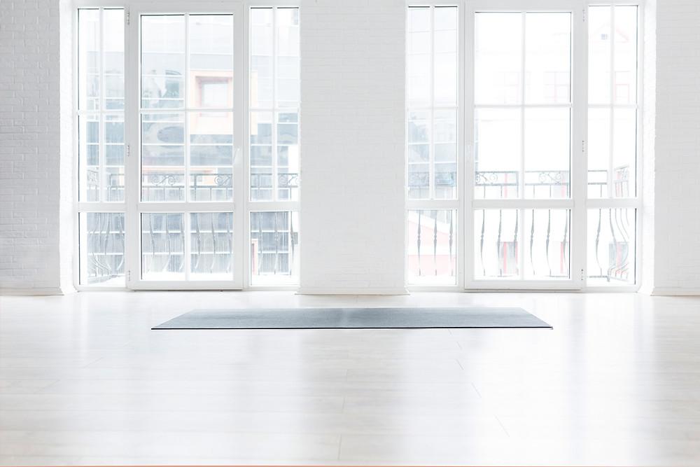 O branco é uma cor que ilumina os espaços, ajudando a torná-los mais descontraídos. Traz uma maior elegância e descontração ao ambiente, apesar da sua simplicidade.