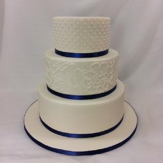 Simple elegance #weddingcake  for _dunbarhousewatsonsbay wedding on Friday #cakeladycakes